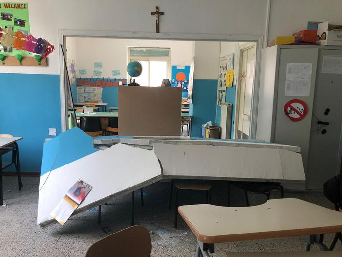 Sant'Anastasia, crolla parete scuola: ferita una maestra incinta e contusi bimbi