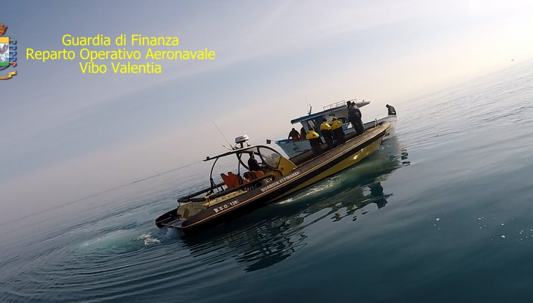 Sorpresi a pescare illegalmente nel mare di Crotone  Tre arresti per la reazione contro la guardia di finanza