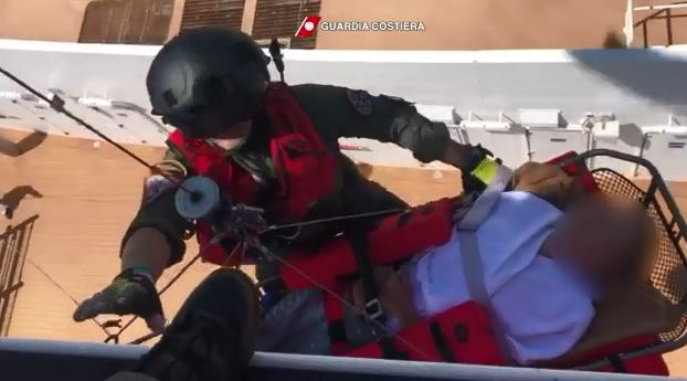 VIDEO - I soccorsi in elicottero a due passeggeri di una nave da crociera al largo di Capo Spartivento