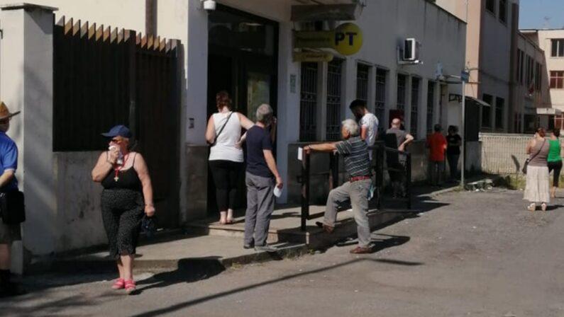 Vibo Marina, anziani in coda sotto il sole cocente per ritirare la pensione