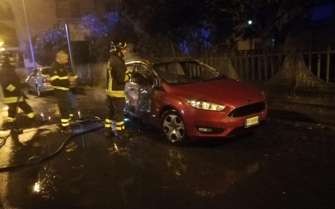Cirò Marina, distrutta l'auto del segretario comunale  La vettura devastata da un incendio nella notte