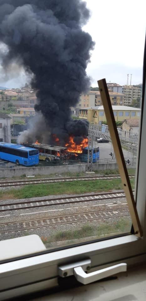 FOTO - Incendio distrugge tre autobus in pieno giorno nell'autostazione di Soverato, indagini in corso
