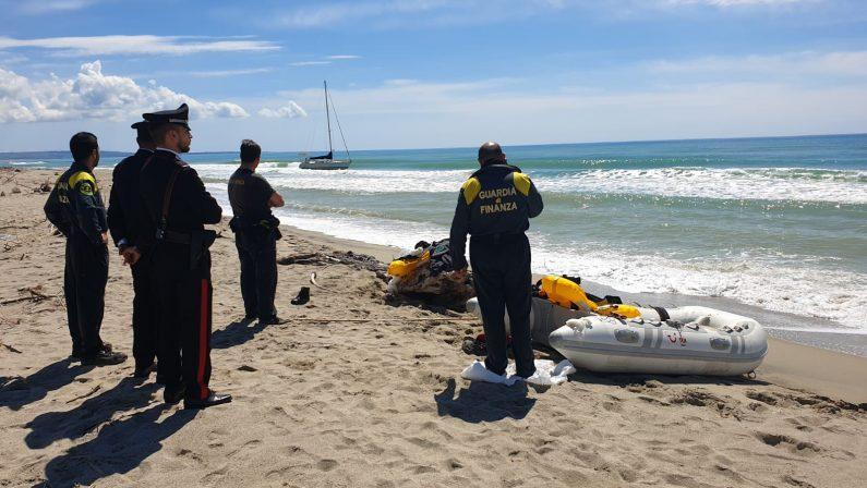 Migranti giunti sulla costa reggina in barca a velaRitrovate 42 persone dopo lo sbarco sulla spiaggia