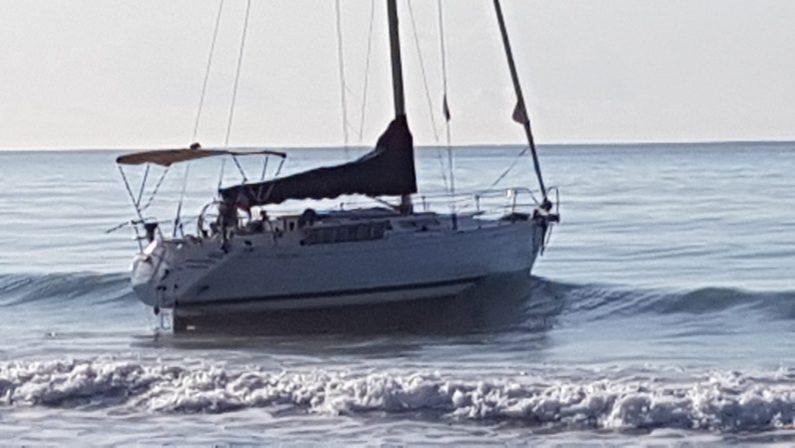 Una barca a vela si arena nello Ionio CosentinoGruppo immigrati rintracciati in strada, ricerche in corso