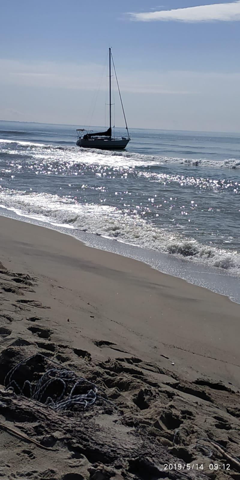 VIDEO - La spiaggia e le barche utilizzate per l'arrivo di 52 migranti nel Catanzarese