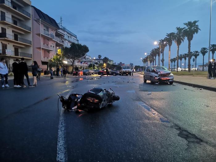 Scontro tra auto e scooter a Corigliano: grave 17enneArrestato un uomo che dopo l'incidente era scappato