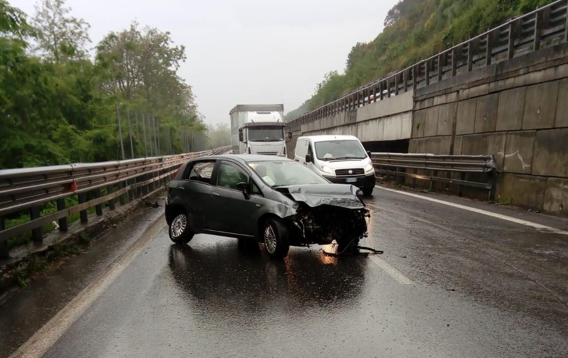 Incidente stradale sull'Autostrada A2 del MediterraneoCoinvolti due veicoli, traffico rallentato per alcune ore
