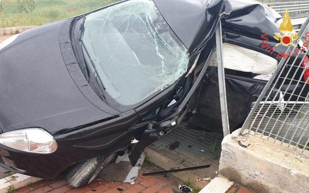Tragedia a Crotone, in un incidente stradale muore un giovane  Perde il controllo della vettura e si schianta contro il guardrail
