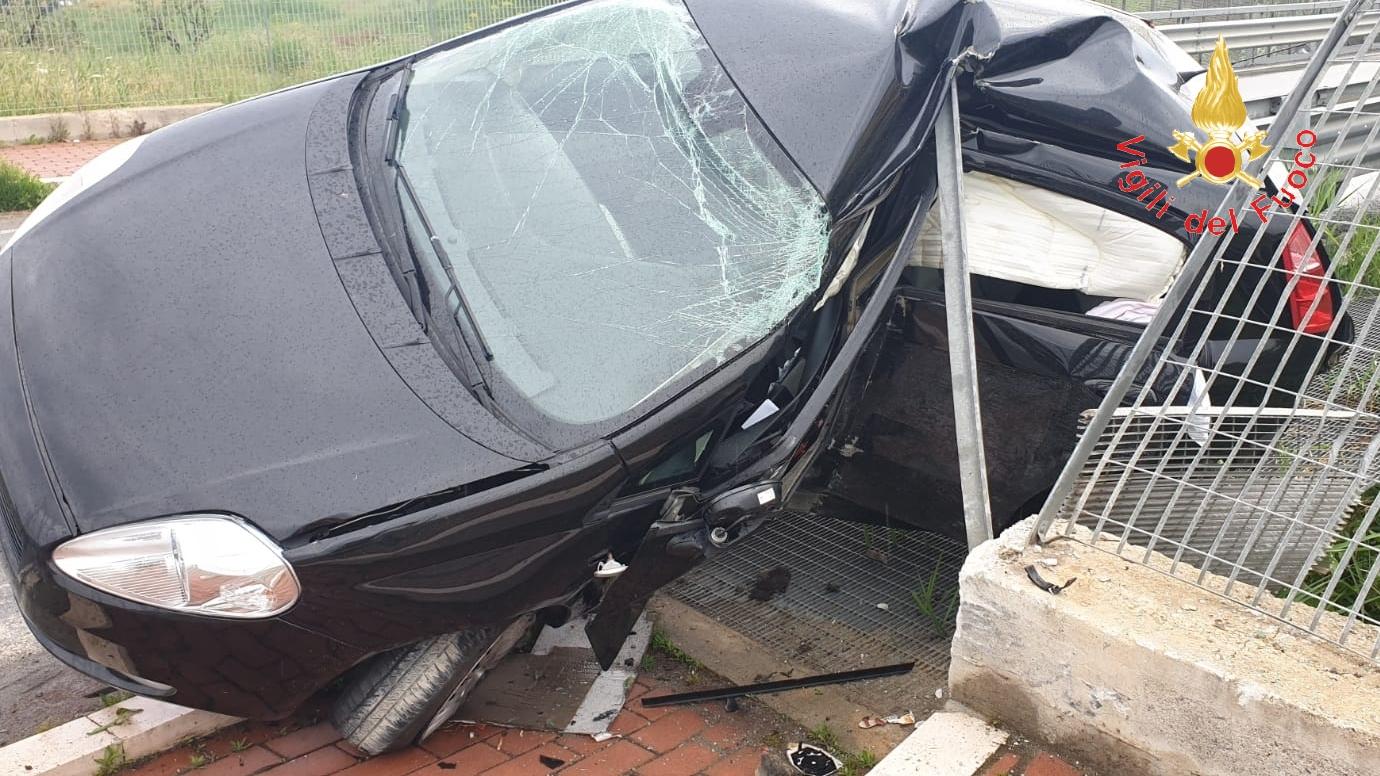 Tragedia a Crotone, in un incidente stradale muore un giovanePerde il controllo della vettura e si schianta contro il guardrail