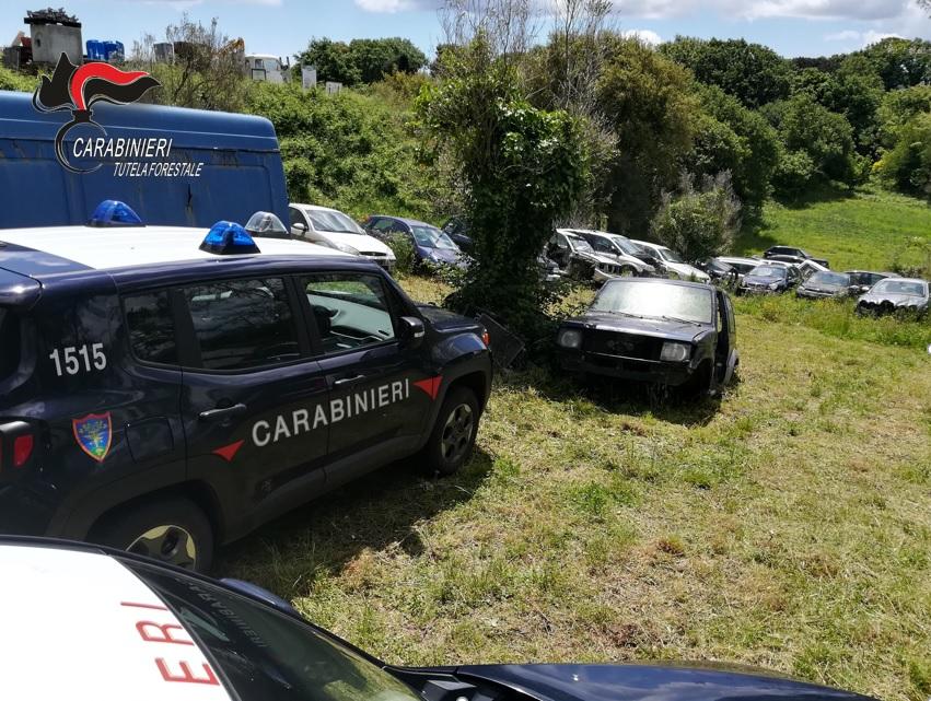 Decine di autovetture abbandonate in un terreno  Denuncia e sequestri dopo controlli nel Catanzarese