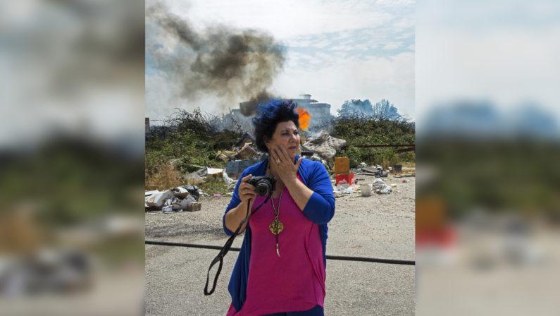 Napoli, Marisa Laurito alla mostra sulla Terra dei Fuochi«I rifiuti? Sono business e corruzione»