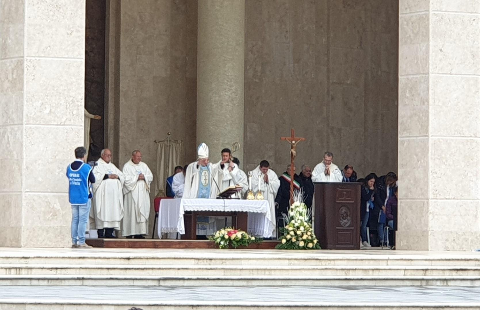Festa della Mamma a Paravati, in migliaia nel nome di Natuzza Il vescovo annuncia passi in avanti nella causa di beatificazione