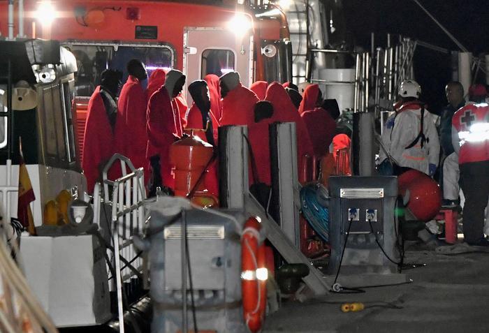 Riprendono gli sbarchi di immigrati in Calabria  Giunti a Crotone 64 migranti, 18 sono minori