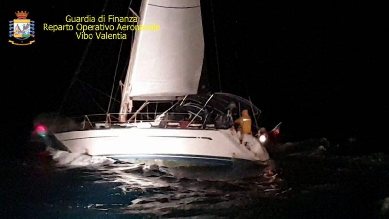 Ancora uno sbarco di migranti sulle coste crotonesiIn 54 soccorsi vicino la spiaggia su una barca a vela