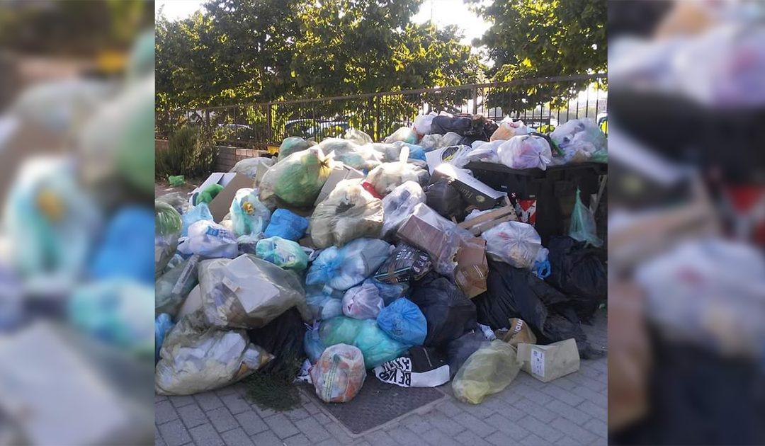 La spazzatura davanti la sede dell'Asp di Vibo