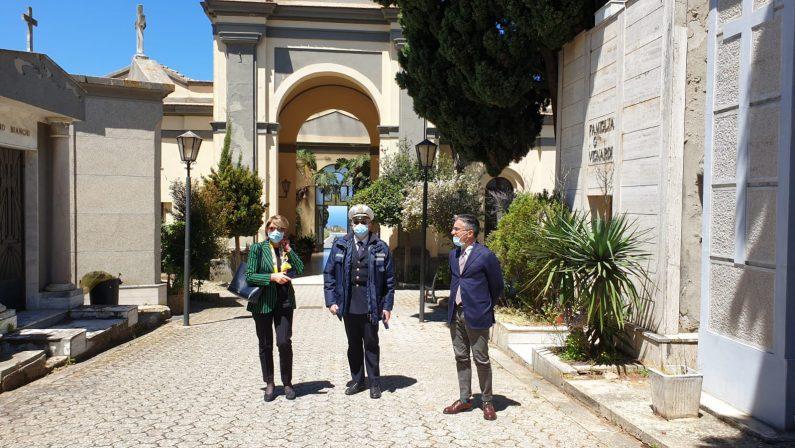 La Fase 2 inizia con un pensiero a chi non c'è più, i vibonesi tornano al cimitero rispettando le regole - FOTO