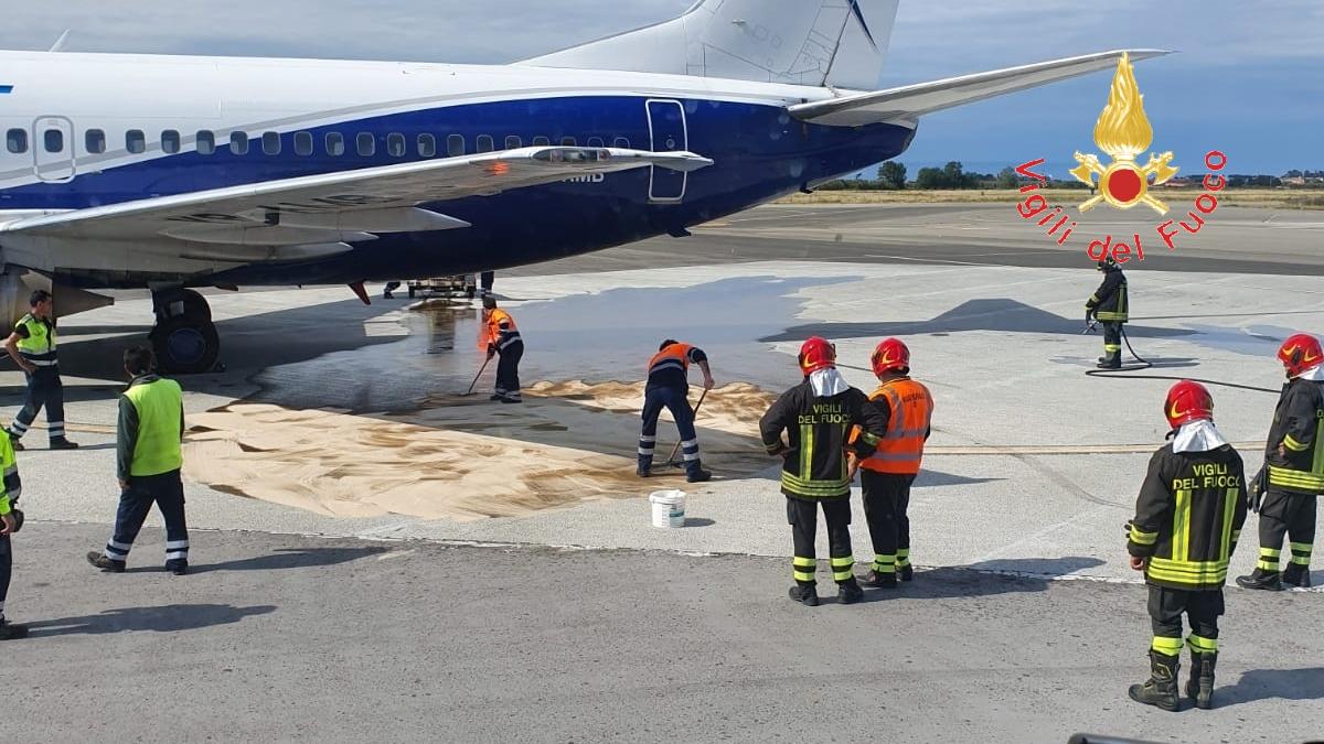 Emergenza nell'aeroporto di Lamezia, rischiato incendioCopiosa perdita di carburante in pista, ritardi per il volo
