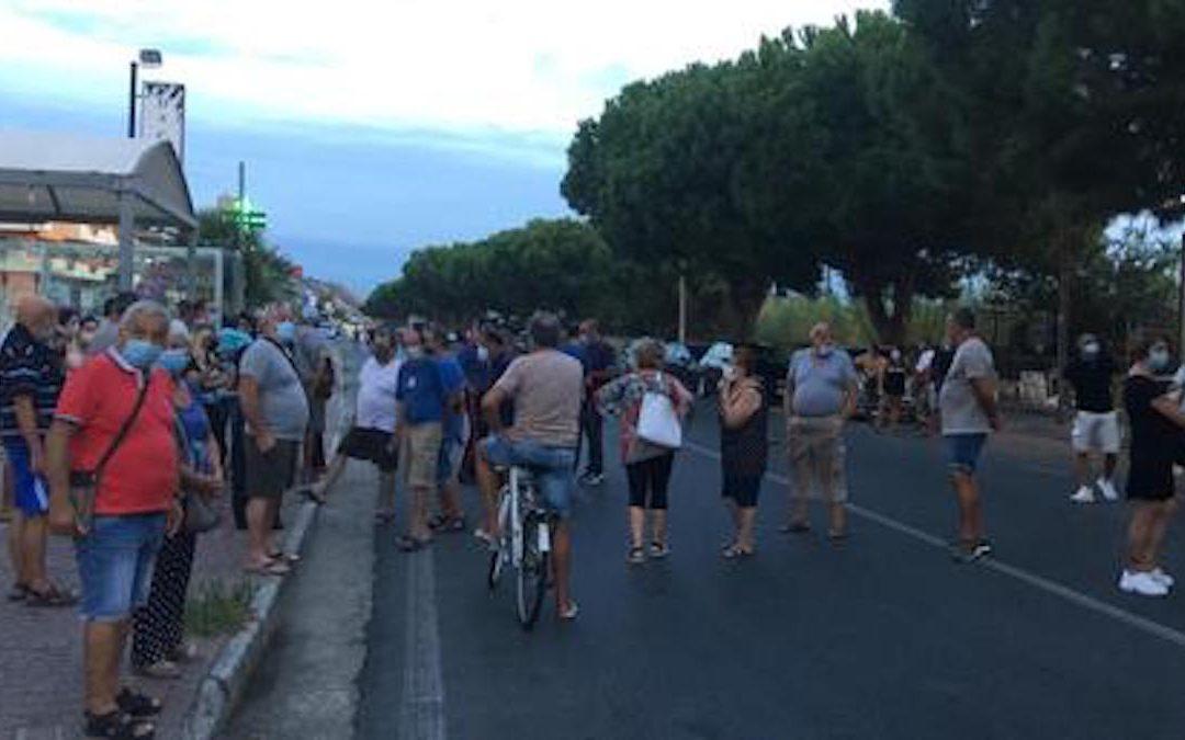 I cittadini scesi in strada ad Amantea