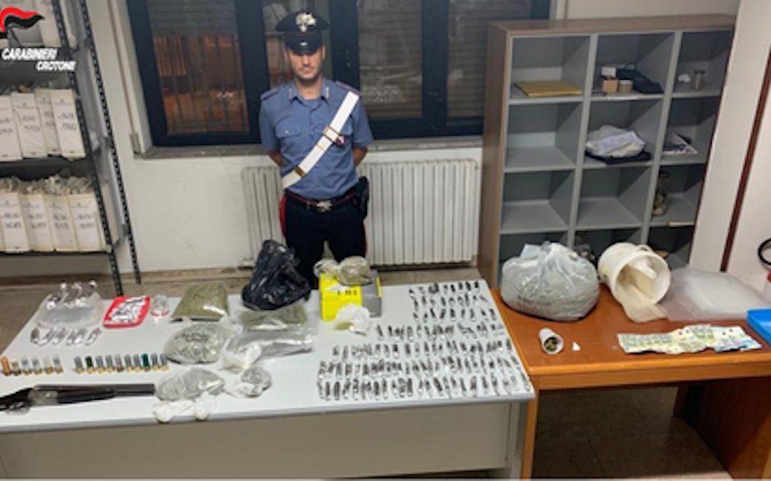 L'arma, le munizioni e la droga sequestrate dai carabinieri