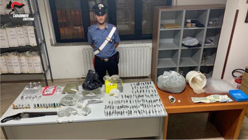 Trovato con un fucile canne mozze, cocaina e marijuana: 27enne ai domiciliari nel Crotonese