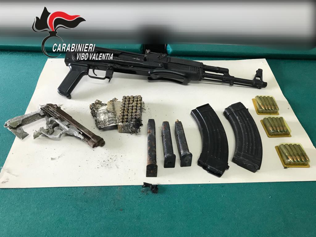 Scoperti fucile mitragliatore e munizioni nel ViboneseLe armi erano nel frigorifero, denunciato un uomo