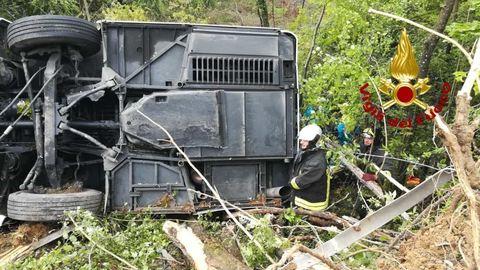 Autobus ribaltato a Siena, arrestato l'autistaIl cosentino è accusato di omicidio stradale e lesioni