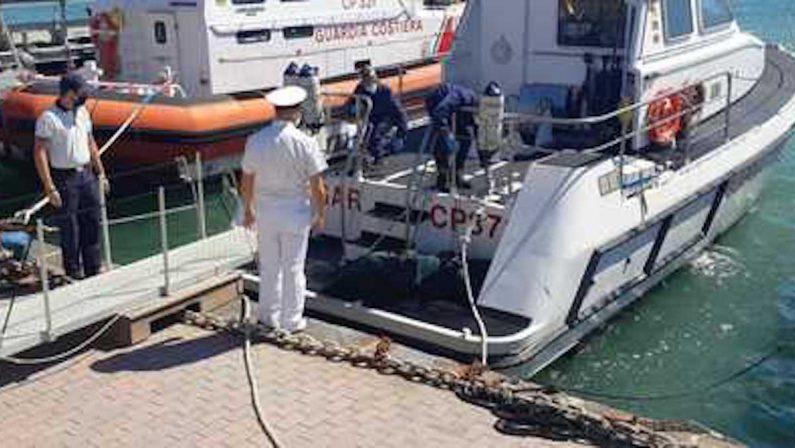 Diventano quattro le vittime dell'esplosione della barca a Crotone: pescatori ritrovano il cadavere di un migrante