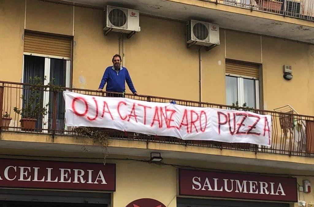 FOTO – Il Ministro Salvini accolto a Catanzaro da decine di striscioni di protesta: dalle offese alla goliardia
