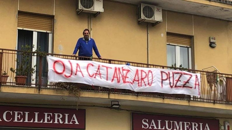 FOTO - Il Ministro Salvini accolto a Catanzaro da decine di striscioni di protesta: dalle offese alla goliardia