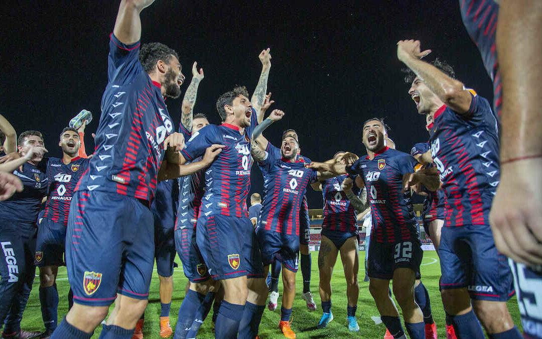 Calciatori del Cosenza festeggiano la salvezza nel 2020