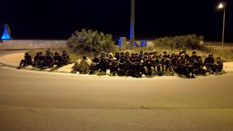 Sbarco di migranti sul litorale ionico catanzarese  Sono 52 pakistani, tra loro ci sono anche 12 minori