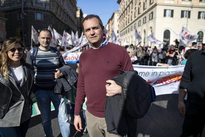 Il sindaco de Magistris in ospedale da Noemi: Napoli ti aspetta