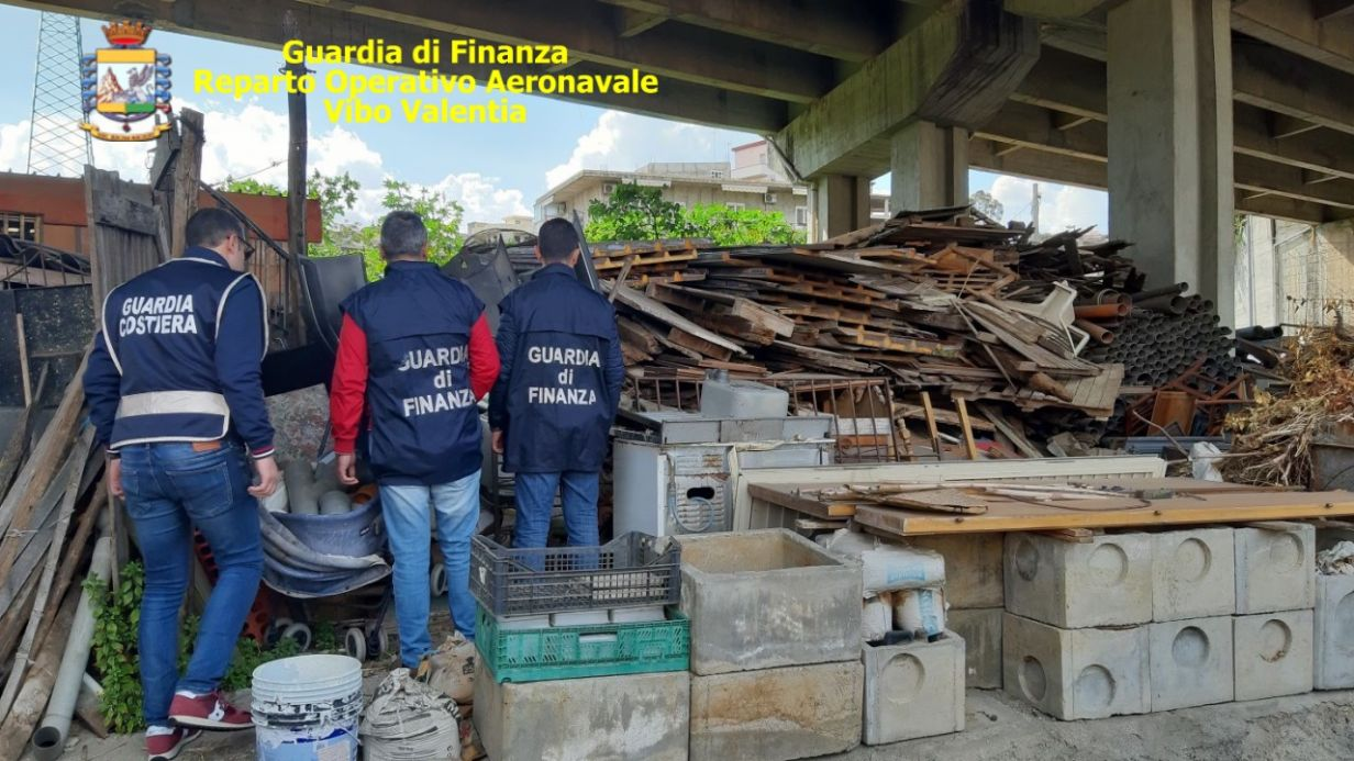 Una imponente discarica abusiva sequestrata a ReggioNell'area anche rifiuti speciali, denunciato responsabile
