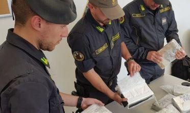 Sette chili di cocaina nascosti in doppiofondo dell'autoCalabrese arrestato dopo lo sbarco in Sardegna