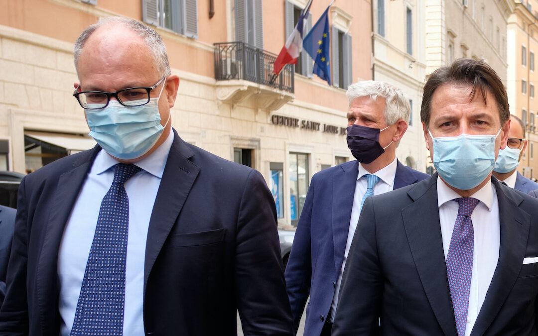 Il ministro dell'Economia Roberto Gualtieri e il premier Giuseppe Conte