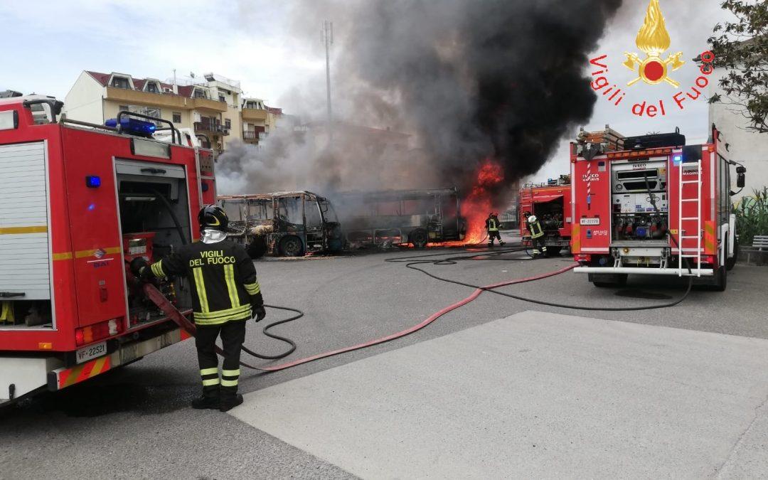 VIDEO – Tre autobus in fiamme nell'autostazione di Soverato, indagini sulle cause