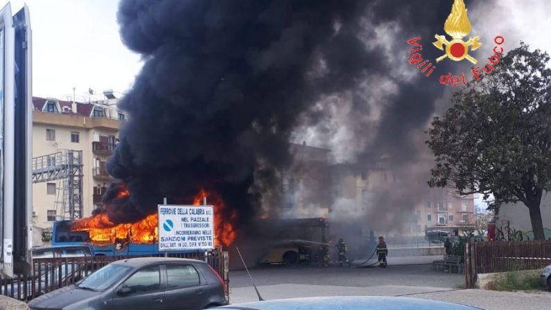 Tre autobus in fiamme nell'autostazione di Soverato  Paura tra i passanti, indagini sulle cause del rogo