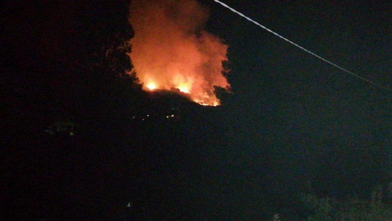 Vasto incendio lungo il costone di Ricadi, in corso l'intervento dei vigili del fuoco