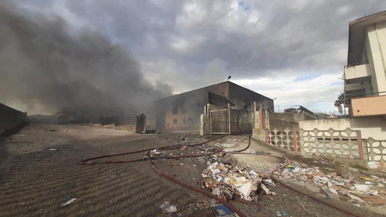 L'impianto di rifiuti di Squillace brucia ancora, cresce l'apprensione nel territorio