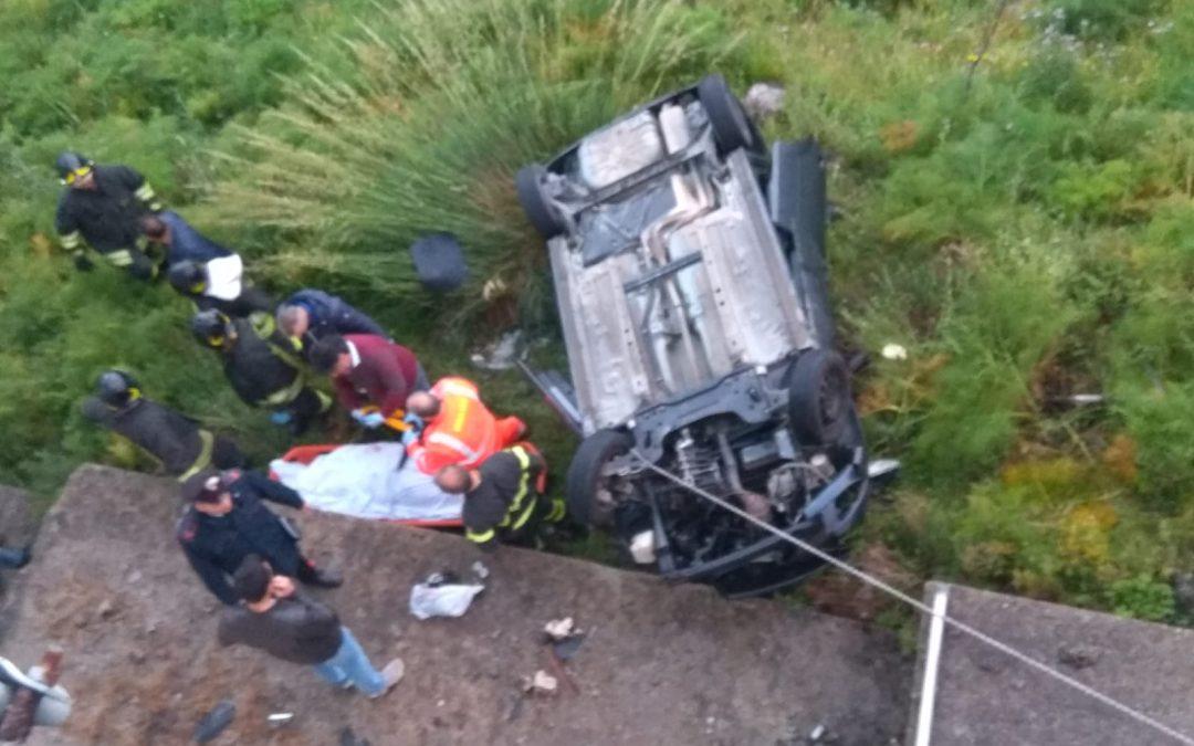 Giovane sbanda e precipita con l'auto in un dirupo  Morta 25enne nel Reggino, tanti dubbi sulla strada