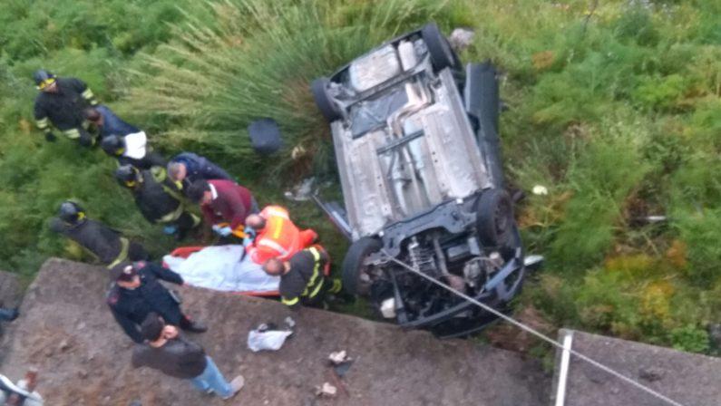 Giovane sbanda e precipita con l'auto in un dirupoMorta 25enne nel Reggino, tanti dubbi sulla strada
