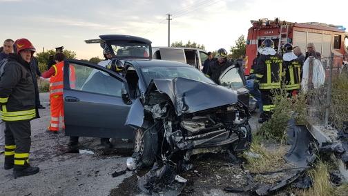 FOTO - Auto finisce contro un muro nel Cosentino: morto un uomo, grave la moglie