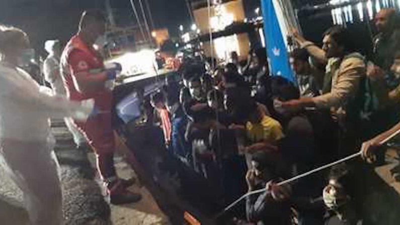 Il maltempo non ferma gli sbarchi, 56 migranti soccorsi in mare a Crotone