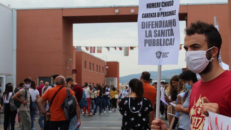 Unical, protesta per i test di ingresso alla facoltà di medicina: «Il numero chiuso va abrogato»