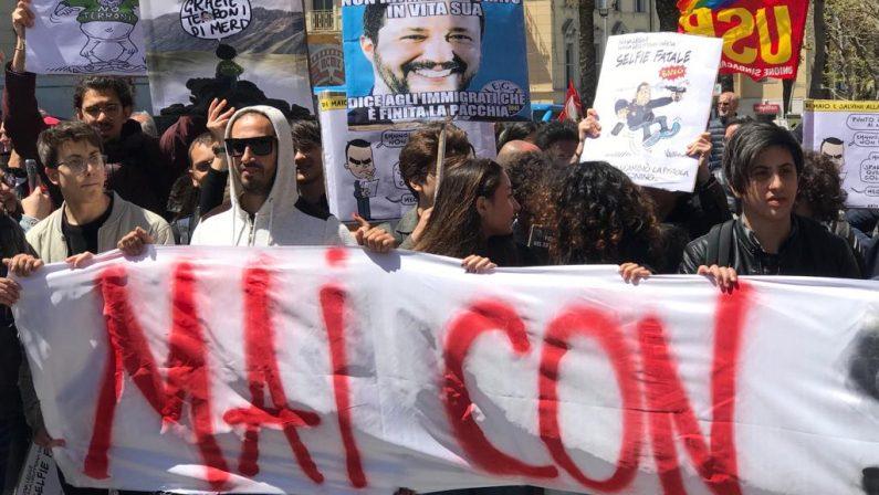 FOTO - La protesta anti Salvini a Catanzaro tra striscioni e fischi