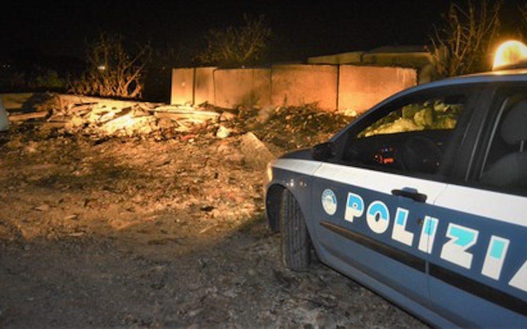 Una volante della polizia sul luogo dell'incendio