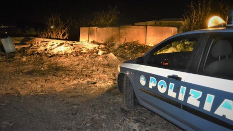 Scarica e incendia rifiuti per strada, arrestato un 69enne a Reggio Calabria