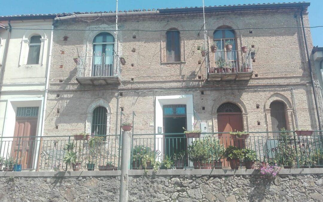 Crolla un soffitto nel centro di Maierato, ferito un anziano