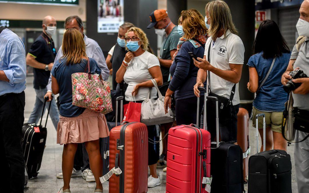 Viaggiatori in aeroporto