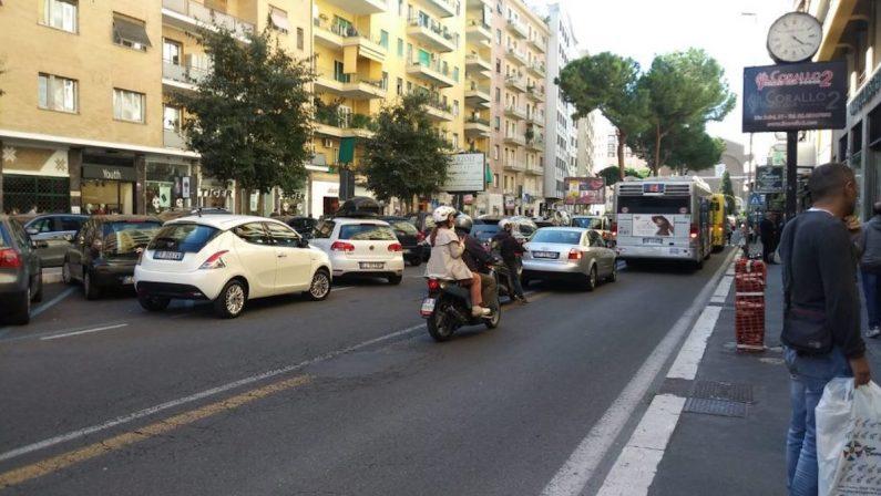 Ruba un portafogli e spende oltre mille euro in vestiti e profumi, arrestato un calabrese a Roma